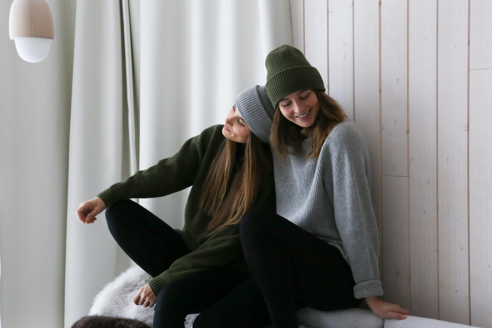 Didem ja Emilia sohvalla.