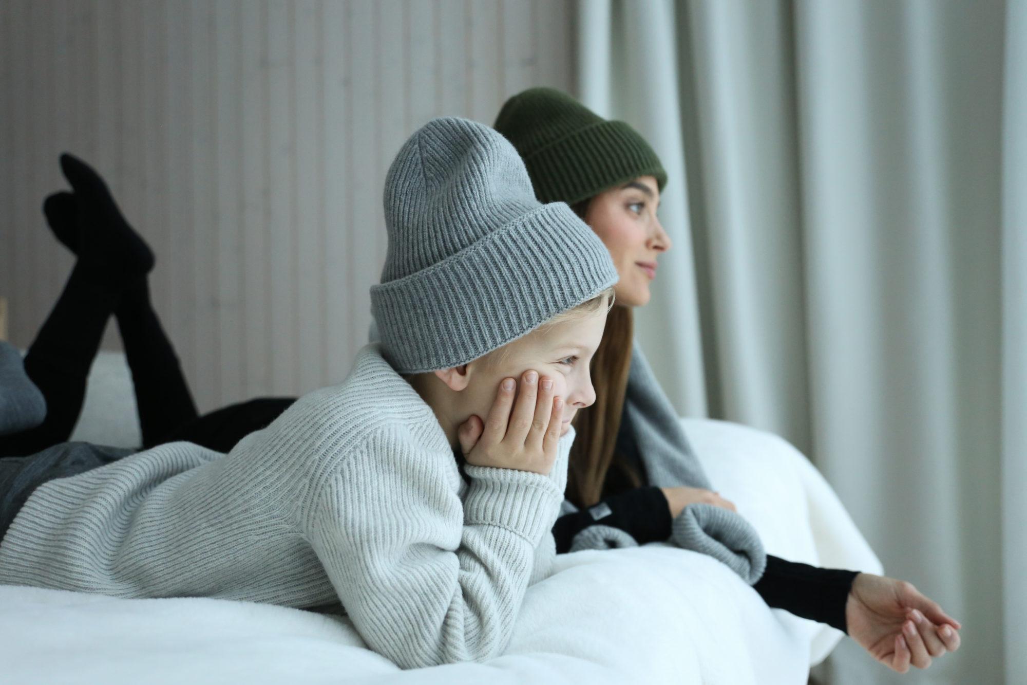 Didem ja Luca makaavat sängyllä North Outdoorin vaatteissa.