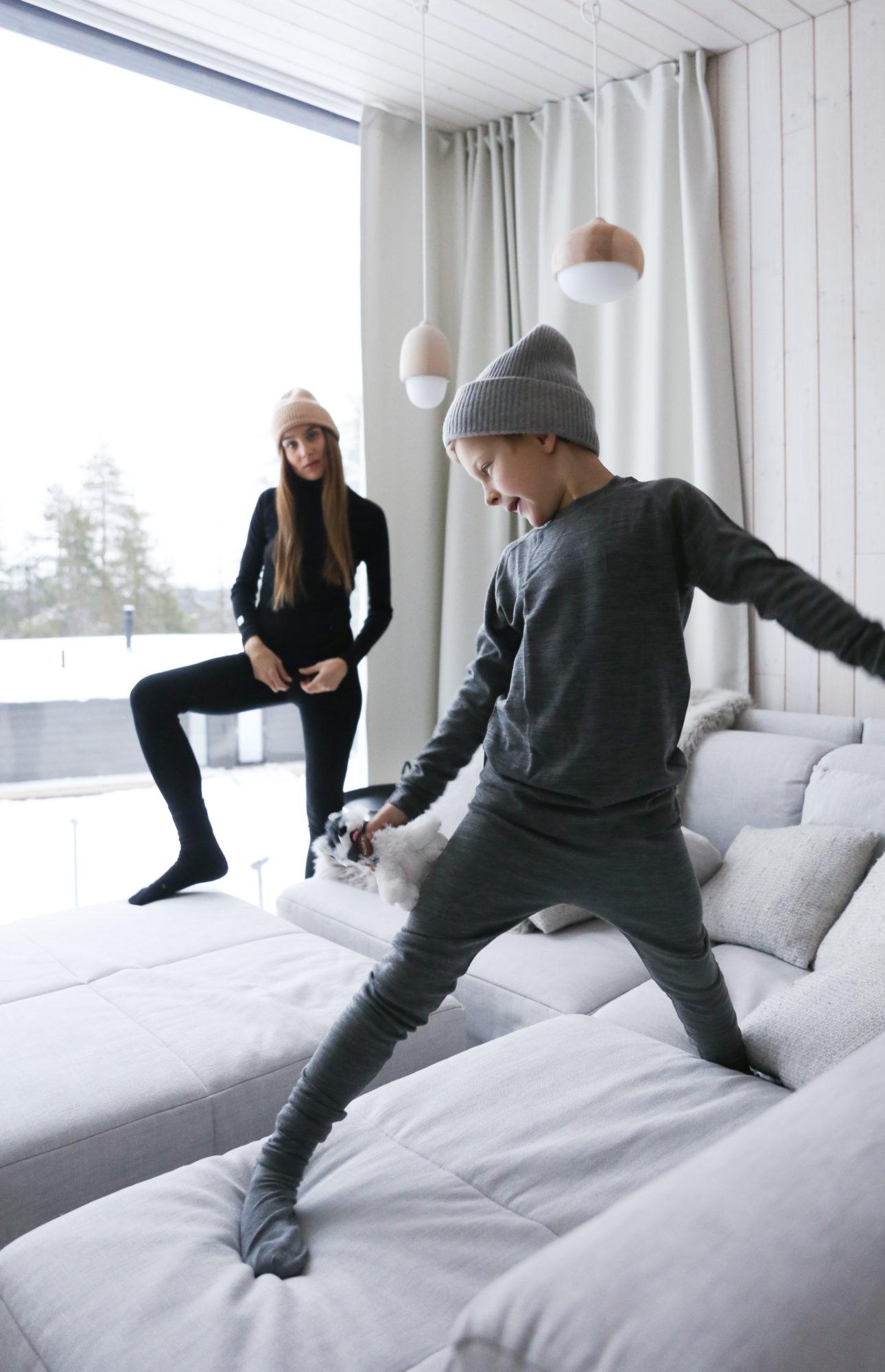 Didem ja Luca seisoo sohvalla.