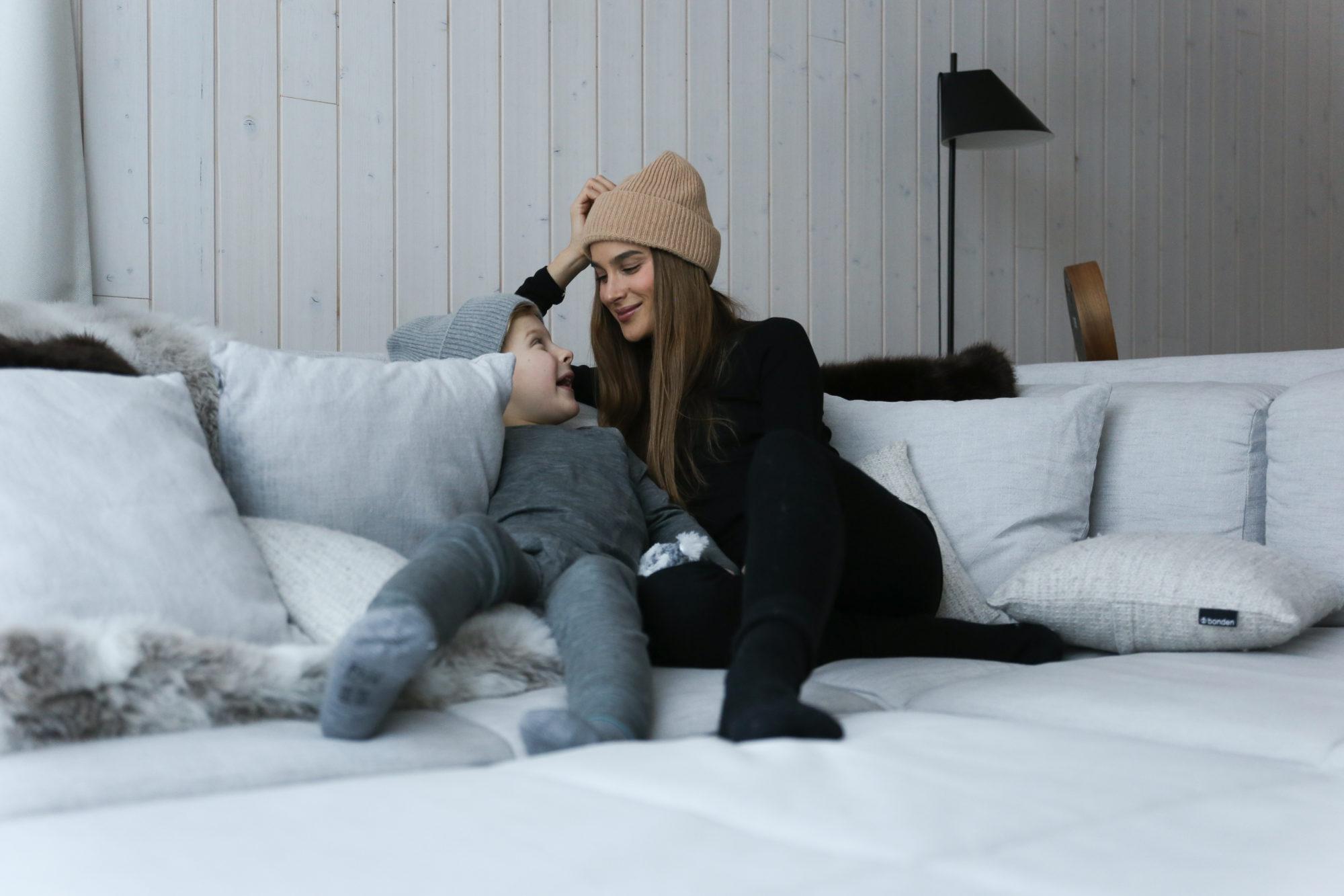 Didem ja Luca sohvalla.