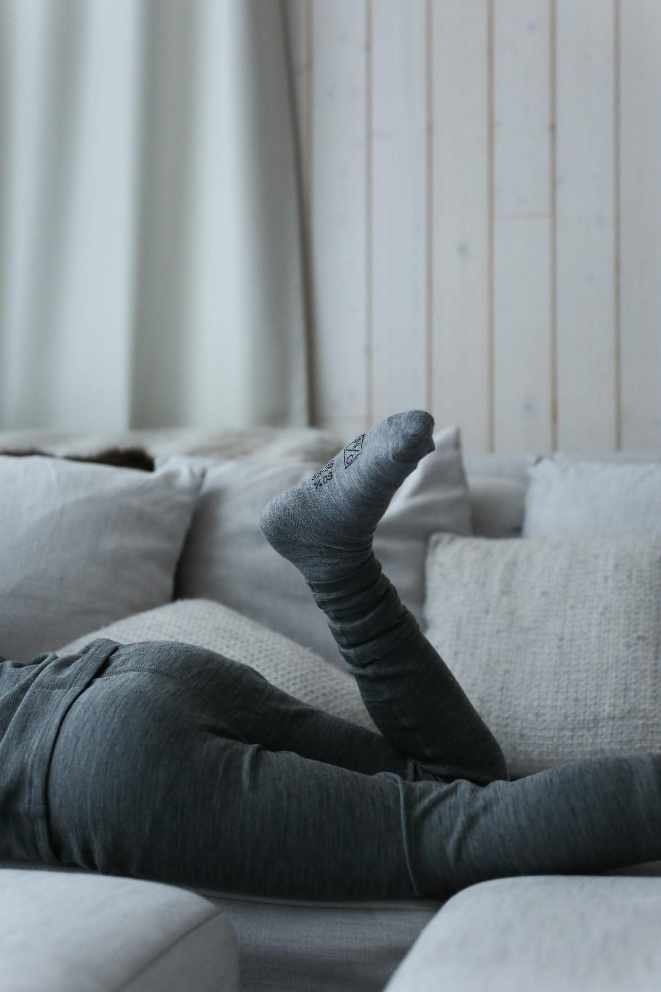 Harmaa sukka ja harmaat legginssit.