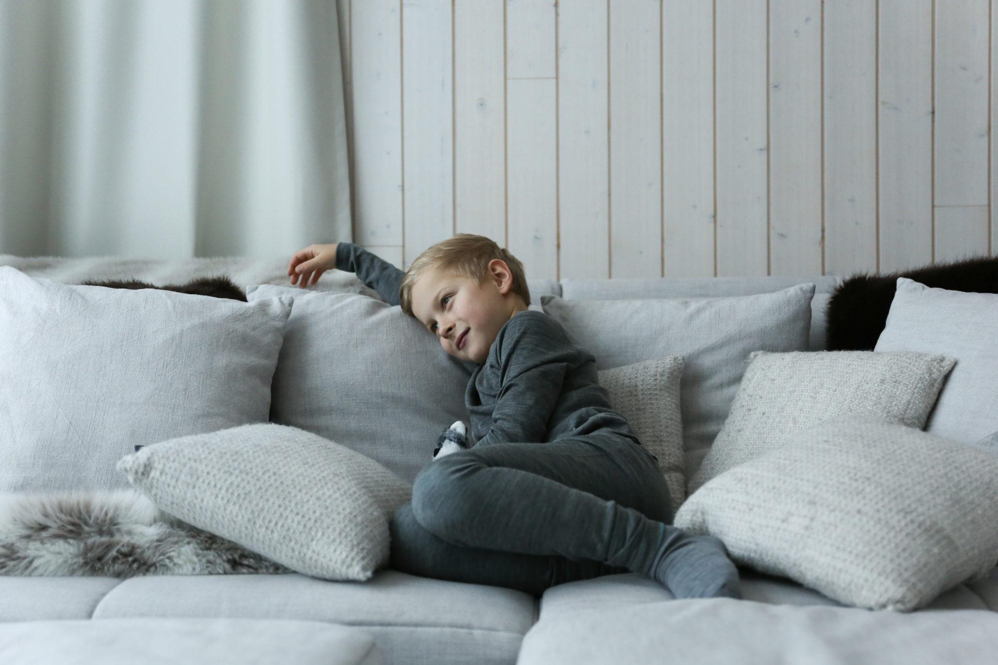 Luca sohvalla.